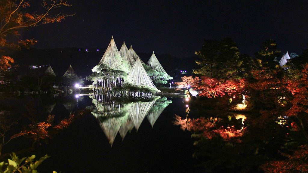 the fall light up at kenroku-en garden in Kanazawa