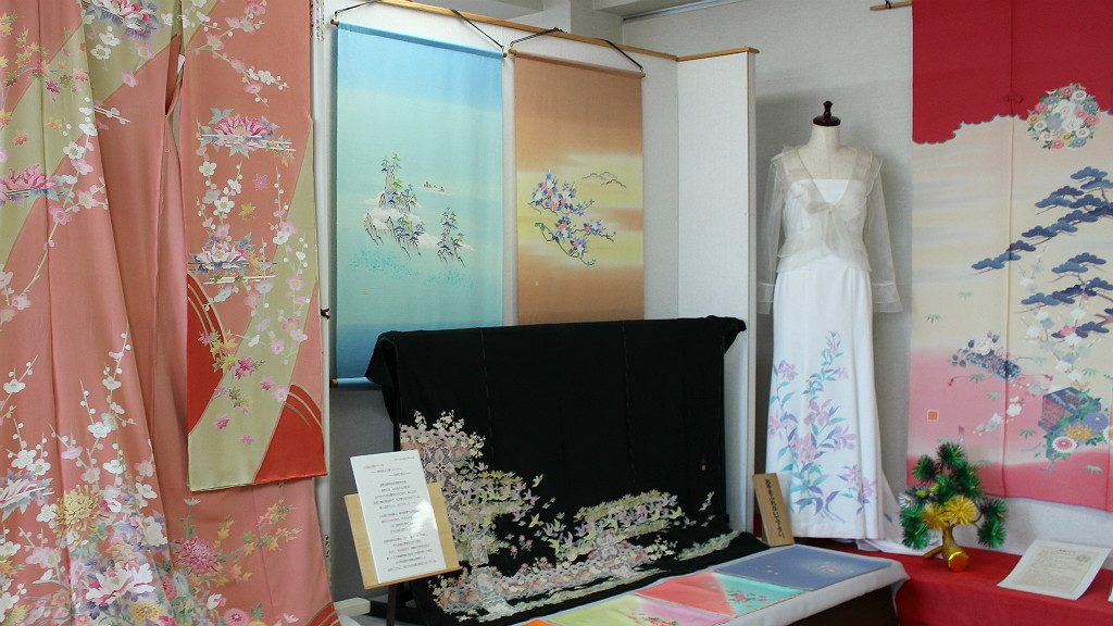 The Kaga-yuzen Hall in Nagamachi, Kanazawa features the local style of kimono fabric in traditional and modern uses.