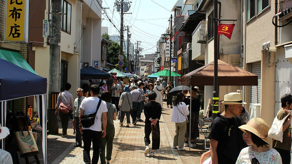 Shin Tatemachi Street becomes busy with fair visitors during the Coffee Campaign