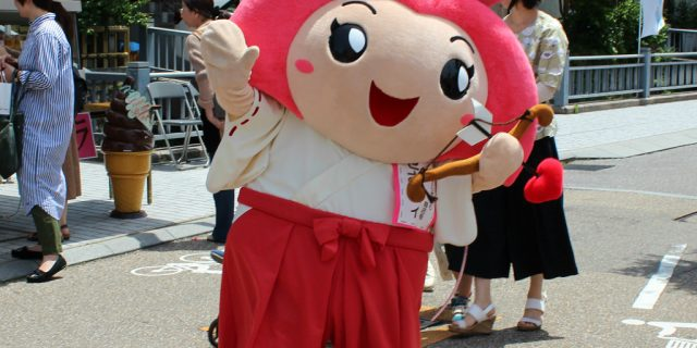 Sesami-zou, a miko mascot, herself symbolizes luck in love.