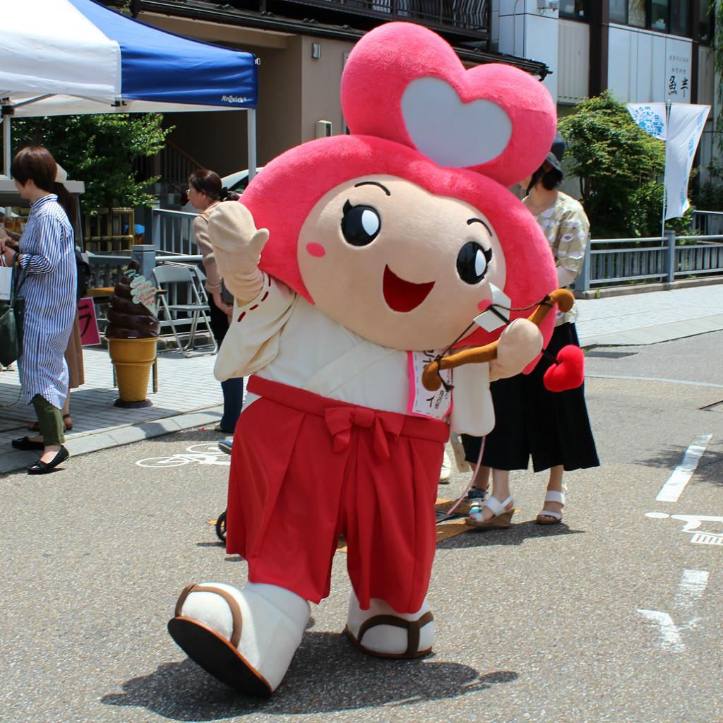 Sesami-zou, a miko mascot, herself symbolizes luck in love.