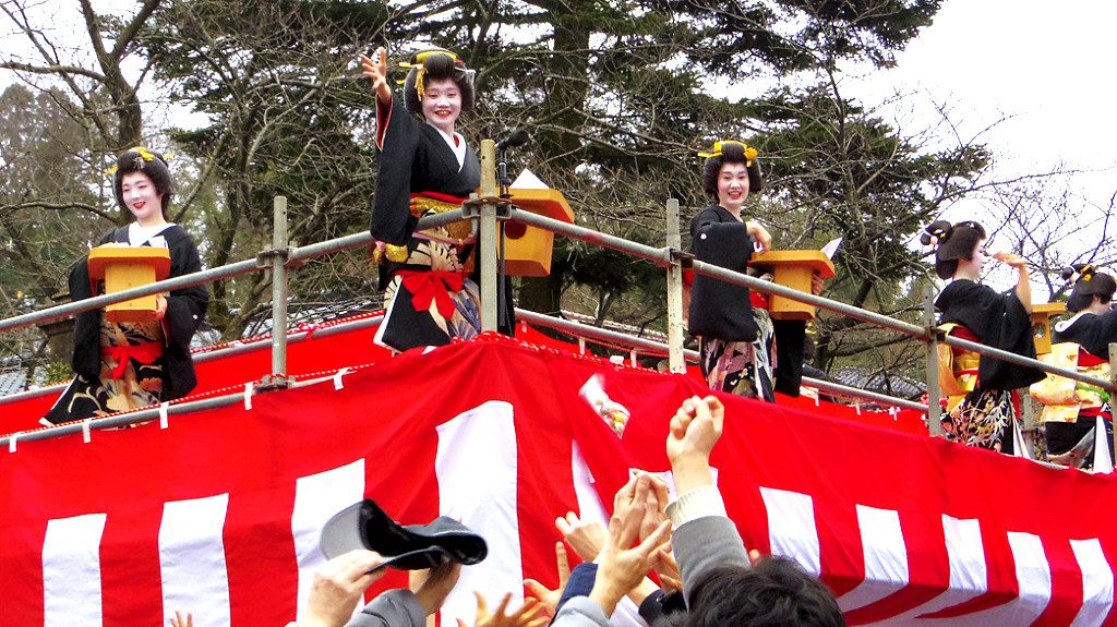 Photo from Kanazawa Tourism, Geisha throwing beans during Setsubun
