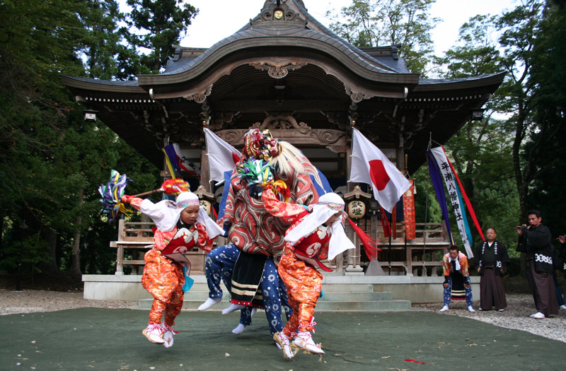 Children's lion dance before the shrine at Shirakawago during the Doburoku Festival