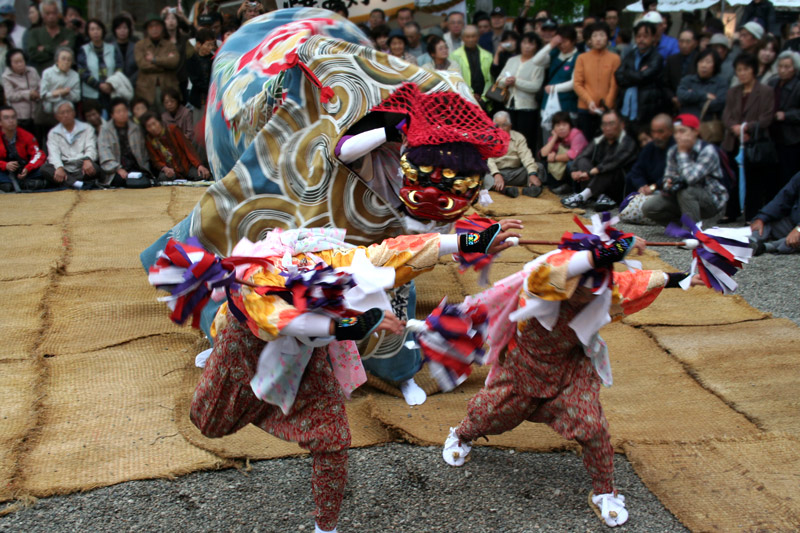 Lion dances and local performers at the shrines of Shirakawago during the Doburoku Festival