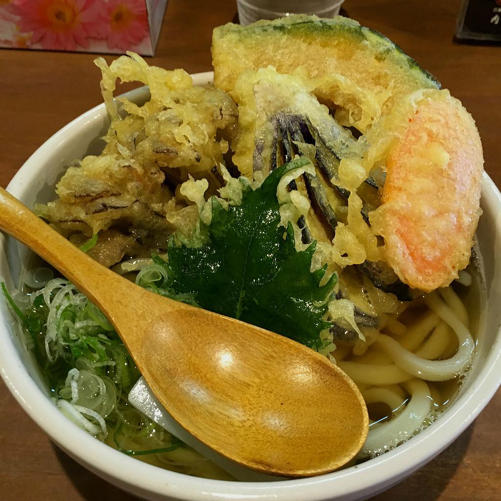 Thick noodle ramen bowl with tempura at Kota Seimen (photo by Aaron Mannino)
