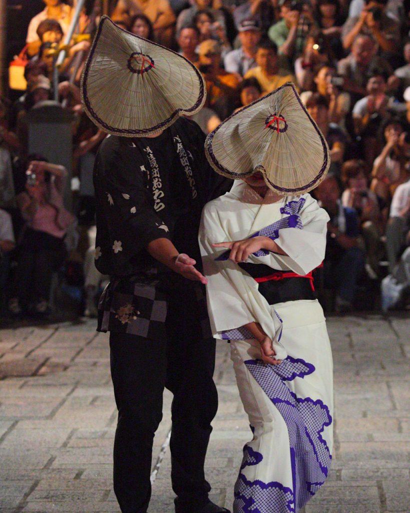 Male and female Owara Kaze no Bon dancers