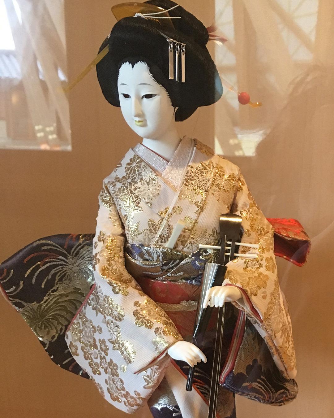 A sangen-playing geisha doll, by Aaron Mannino