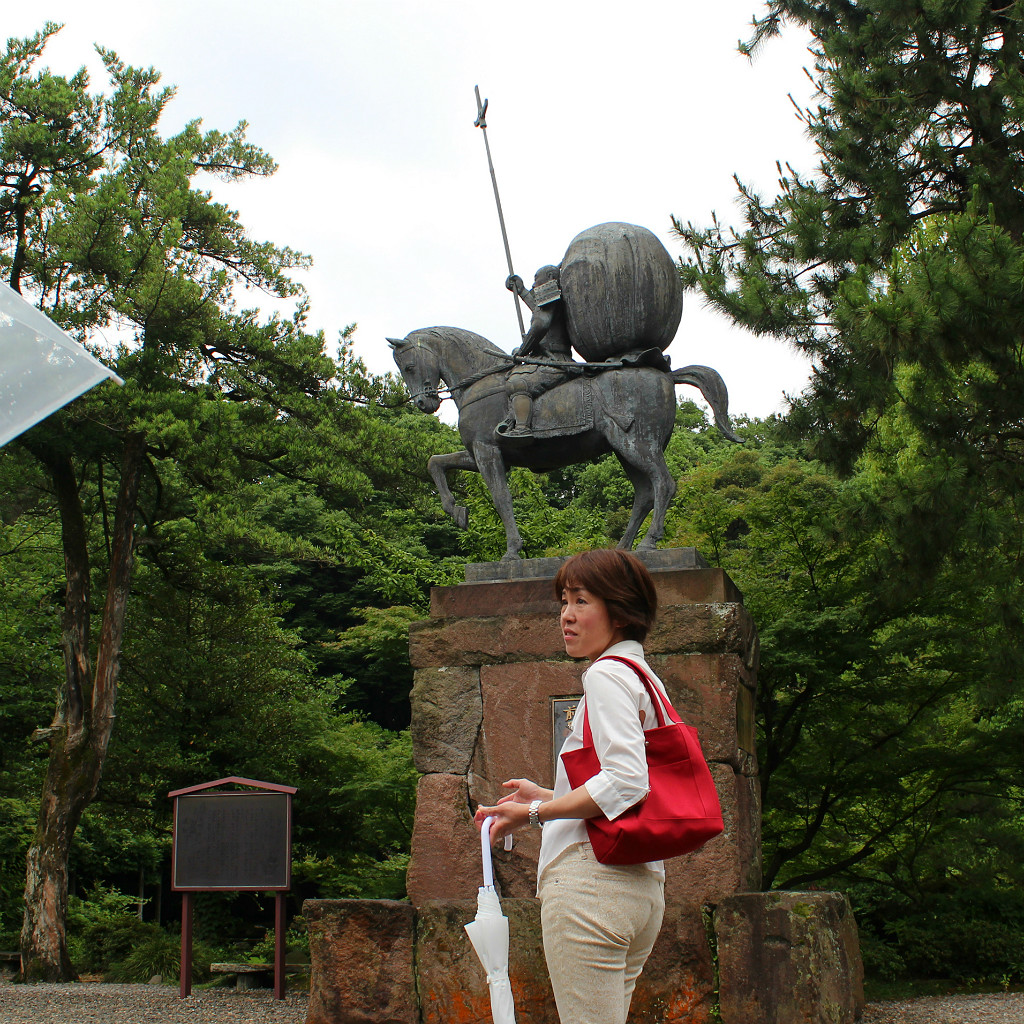 Kaname Inn tour through Oyama Shrine in Kanazawa, Japan