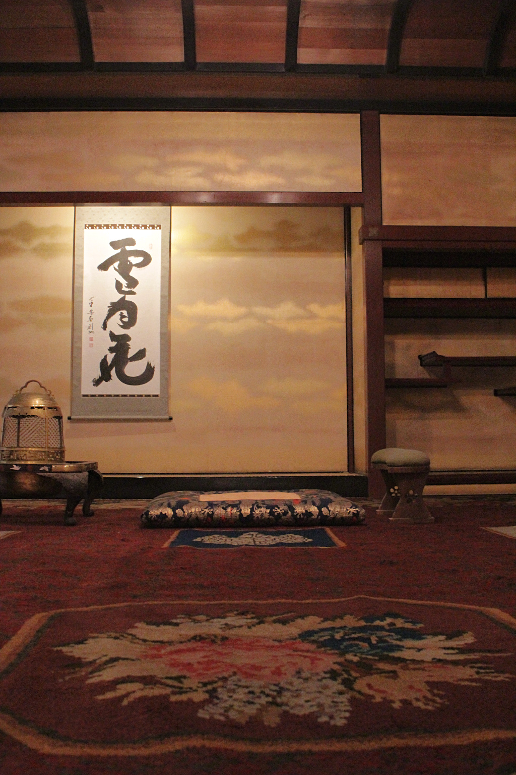 The view as one rises from a deep bow before the seat of Seisonkaku's receiving room.