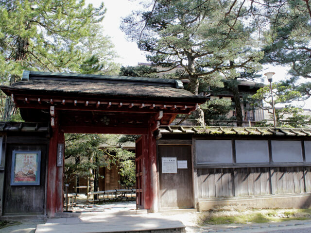 A palace hidden by pine trees, Seisonkaku is notable for the red gate facing Kenrokuen.