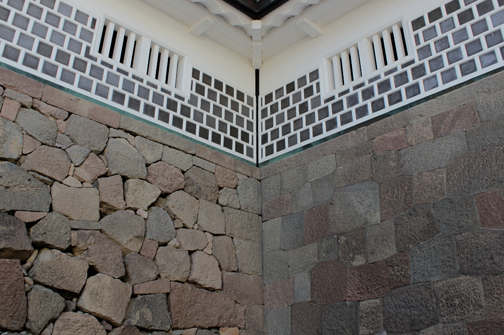 The difference in the styles of stone walls is remarkably clear in this corner of Kanazawa Castle's Hashizume Gate.