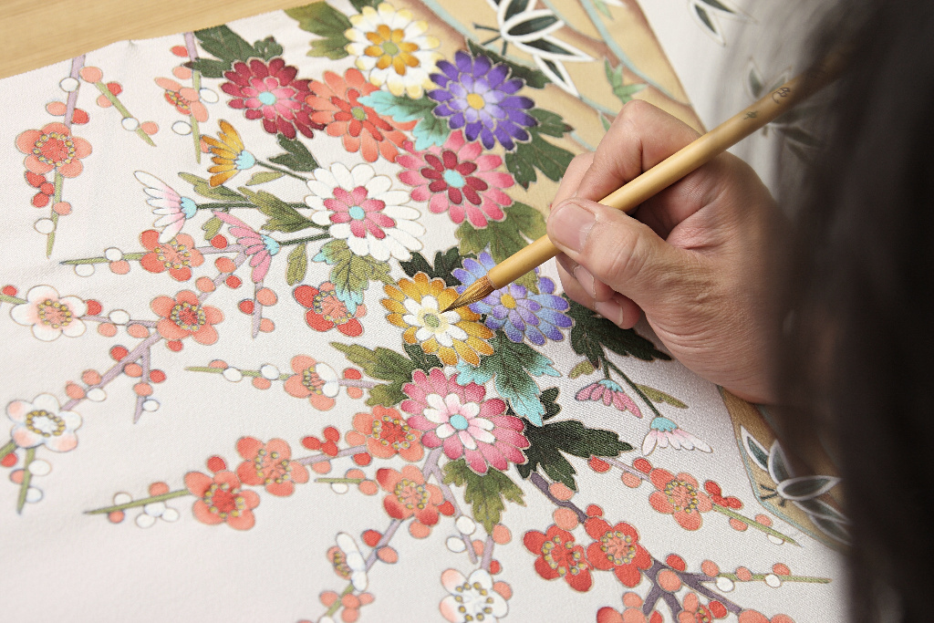 A Kaga-yuzen colorist painting a panel that will become part of a full kimono. Photo by Kanazawa City.